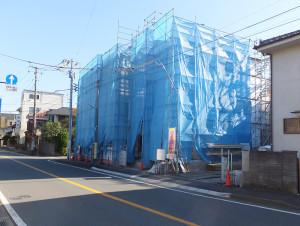 矢上川を渡ってすぐのバス通り沿いにあるシティネットの3戸新築
