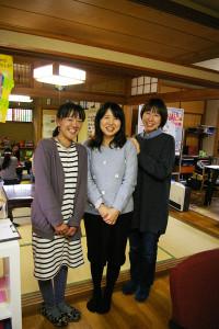 左から代表の増井さん、Facebook(フェイスブック)担当の林さん、雑貨担当の坂口さん。林さんは「夫の転勤で九州から横浜に来たので、この家との出会いに感謝しています」。坂口さんは消しゴムハンコ作りの先生としても活躍