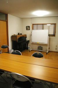 2階には洋室(8畳程度の広さ)の貸しスペースもあり、大人向けイベントやワークショップ、各種教室会場としても利用されている。ピアノもあるため、ミニ演奏会の利用も可
