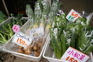 毎週水曜日の朝には、藤田農園(高田町)の朝採れたての旬の野菜販売も。近所の高齢者にも人気で、この日も多くの人々が購入に訪れていた