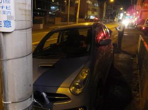 12月5日(土)の23時8分ごろに綱島街道で発生した乗用車の単独事故現場(綱島東2丁目)