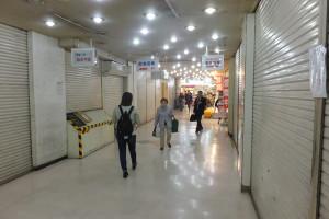 駅ビル内で営業しているのはパン店「ロアール」と東急ストアだけになってしまった(12月3日撮影)