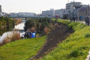 現場は矢上川の「矢上川橋」付近、奥に見えるのが矢上川橋で、右手奥に見える2棟の建物は日吉6丁目の横浜市営さかえ住宅