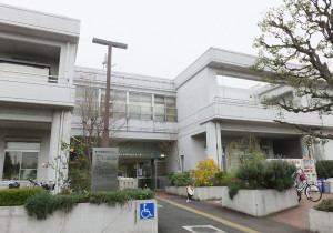 綱島地区センターは綱島駅西口から徒歩5分(約500メートル)の場所にある