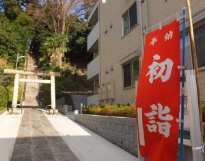 初もうでの準備が進む日吉神社の参道