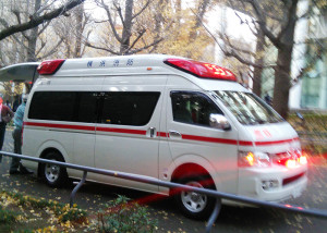 至近距離にある日吉消防出張所の救急車が出動中だったため、慶應大学日吉キャンパス内に来たのは鶴見区の駒岡出張所に所属する救急車だった(2015年)