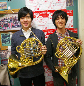 リーダ―・鈴木さん(写真右)と、来年度リーダ―の湯浅海貴(ゆあさかいき)さん(同左)。湯浅さんは慶應義塾大学理工学部に在学中。日吉キャンパスの部室前にて。「日吉は学生の街らしいところが好きです」と鈴木さん