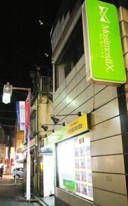 創業30年を迎えるタクマ建設(株)が代理店としてオープン。日吉中央通りと普通部通りの間の小道にある