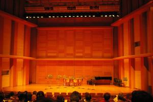 慶應義塾の創立150周年を記念し2008年にオープンした藤原ホール。地域密着の団体には有償での貸し出しを行っており、日吉でハイクオリティなコンサートや舞台が楽しめるようになった