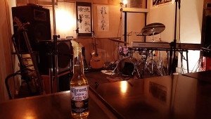 ワンドリンクはビールのコロナを注文。演奏を待つ、やはり書が飾られた落ち着いた雰囲気の店内