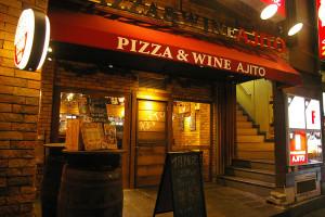 カレンダ―カフェは日吉中央通りから二つ目の角を左折、と普通部通りの間。写真右側の階段を3階へ。日吉駅から徒歩2分と大変便利な場所にある