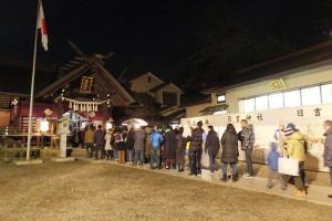 日吉神社には200人ほどが並んだ