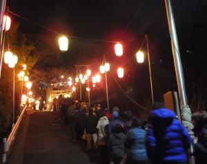 参道に並ぶ参拝客(熊野神社、0時すぎ)