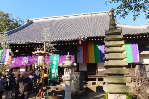 元旦から多数の初もうで客が訪れた金蔵寺(日吉本町2)