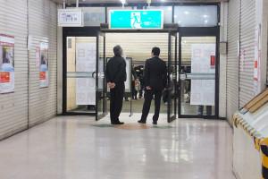 多くの人が見守るなか、シャッターが閉じられた綱島駅側の駅ビル出入口(2016年1月8日18時12分ごろ)