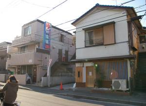 銭湯「日吉湯」の入口となりにあったトンカツ店「とん田(た)」(右側の建物)
