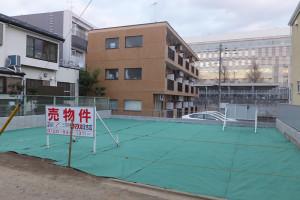 日吉本町1丁目の3区画宅地の接道側からは慶應大学の「協生館」が見える