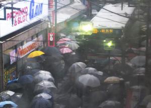 綱島駅では駅舎内に入れない人がバス通りにあふれ、バスが立ち往生していた(