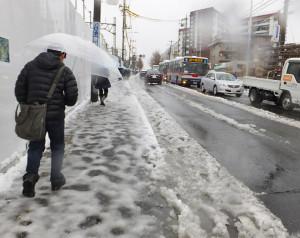 日吉駅に近い綱島街道の歩道はツルツルで水びたしという最悪の状況だった(箕輪町1丁目、1月18日9時20分ごろ)