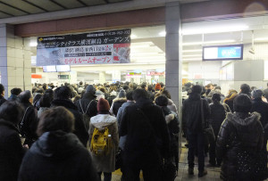 改札規制が行われ、構内が大混雑する日吉駅(1月18日8時25分ごろ)