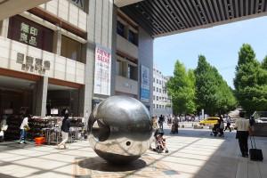 日吉駅の改札口を出て横断歩道を渡れば徒歩30秒もかからず慶應日吉キャンパスへ行ける