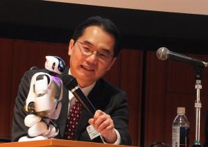日本取引所グループが行っている起業家教育の取り組みについて、ロボットが発表を行いました