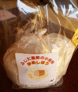 """よってこしもだでは、藤田農園で収獲した小麦(強力粉の""""ゆめしほう"""")も販売している。まさに地元で育て、育んだ小麦。ブログなどでレシピも紹介している"""