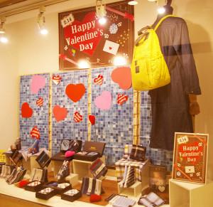 """「愛してる」も「好きも」。「ありがとう」も「おつかれさま」も。世界におけるバレンタインの慣習をもとに、""""男女お互い""""に愛や感謝の気持ちを伝える商品の数々も紹介している(日吉東急2階・郵便局前にて撮影)"""