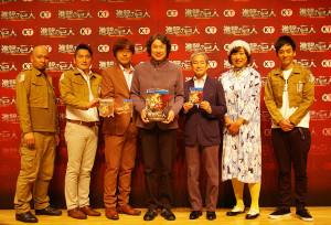 コーエーテクモゲームスの襟川会長(中央)、鯉沼社長(中央左)を囲んで。ディレクターの喜多村智行氏(左から2番目)も交えて実機プレイが行われた