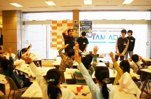 みんな、持ち上げられたかな。東京大学CASTの皆さん、天一書房の皆さん、楽しいサイエンス教室、ありがとうございました