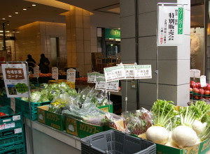 日吉東急の店頭にて、2/15(月)一日限りの野菜・果物の特別販売が行われている