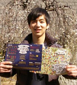 小林さんは慶應義塾大学文学部在学中。1年生の頃から主役に抜擢されるなど、創像工房の人気作品に多く出演し活躍。季節のしだれ梅と慶應義塾・協生館前にて