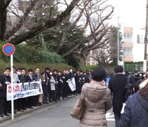 慶應普通部の校門前には学習塾の講師らが垂れ幕や旗を持って受験生を送り出していた(2016年2月1日)
