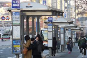 慶應キャンパス側にある日吉駅東口のバス乗場は0から5番まであり、南日吉や綱島、新川崎方面のバスが発車する。サンヴァリエ日吉や下田町、井田方面は西口のバスターミナルから発車する