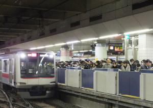 朝ラッシュ時の日吉駅目黒線ホーム、並べば座れることが多い