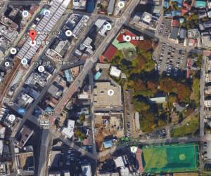 グーグルマップで上空から見た綱島駅東口の様子、現在は低層の建物と緑(果樹園)が目立つが、緑はできるだけ残しながら道路を拡幅し、高層ビルなどを建設する予定だ