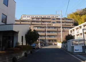 箕輪町2丁目の住宅街からは丘の上にある日吉寄宿舎の姿がわずかに見える(一番上にある白い建物)