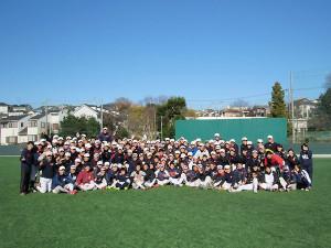下田町の日吉グラウンドで野球部のメンバーら