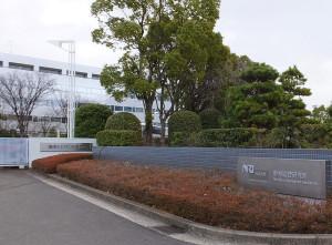 損保ジャパン日本興亜の建物(左側)とNRI野村総研のデータセンターは隣り合っている
