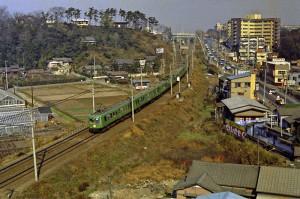 1971(昭和46)年に撮影東横線を走る緑色の車体の電車、愛称「青ガエル」は1954(昭和29)年にデビューし、その後、熊本電気鉄道に払い下げられ、最後の1両が先日2016年2月14日に現役を引退したことが全国的な話題となった