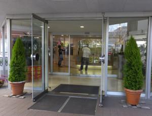 入口を入ってすぐにあるフロントには「閉館まであと30日」というカウントダウン表示が見える(2016年2月19日撮影)