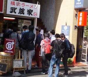 学生を中心に常に行列になっている店も