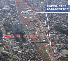 総務省が資料で公開した2007年1月撮影の写真には、赤点線で囲まれた再開発地域にほとんど手が付けられていない(本紙で駅の位置などを加筆した)