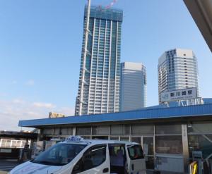 新川崎駅の駅舎、後方に見えるのは鹿島田側の「パークハウス新川崎」(左)とツインタワーの「新川崎三井ビル」