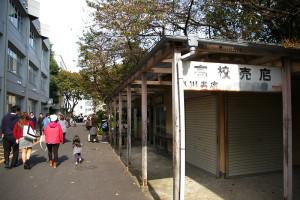 新校舎の建設予定地付近、歴史を感じさせる売店などが並ぶ