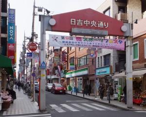 いつも多くの買い物客で賑わう中央通りを通行止めにするのは、「祭事でのお神輿が通過するときくらい」と主催者。初の企画にあたり、多くの商店街の関係者からの協力を得られたとのこと