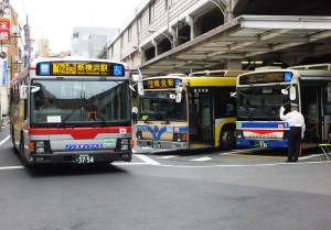 綱島駅では3社のバスが鶴見駅・川崎駅・新羽駅・新横浜駅・横浜駅などの間を結んでいる