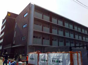反対側から見ると慶應義塾大のロゴが掲げられていました