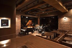 ゆったりくつろぐことができる店内。パーティー、団体貸切も歓迎、グランドピアノやドラム、ベースアンプの貸出もあり、気軽に音楽を楽しめる店舗スペースの時間レンタルも可能
