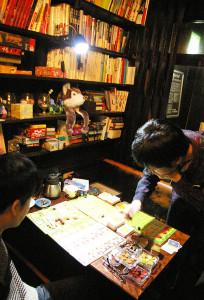 店内には、「日替わり」店長こだわりの蔵書が約300冊、カードゲームやボードゲームが約150種、新しい海外生まれのゲームなども積極的に取り揃えている